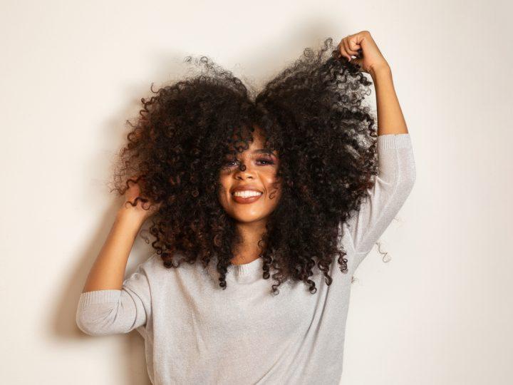 Cuidados com cabelos cacheados e crespos