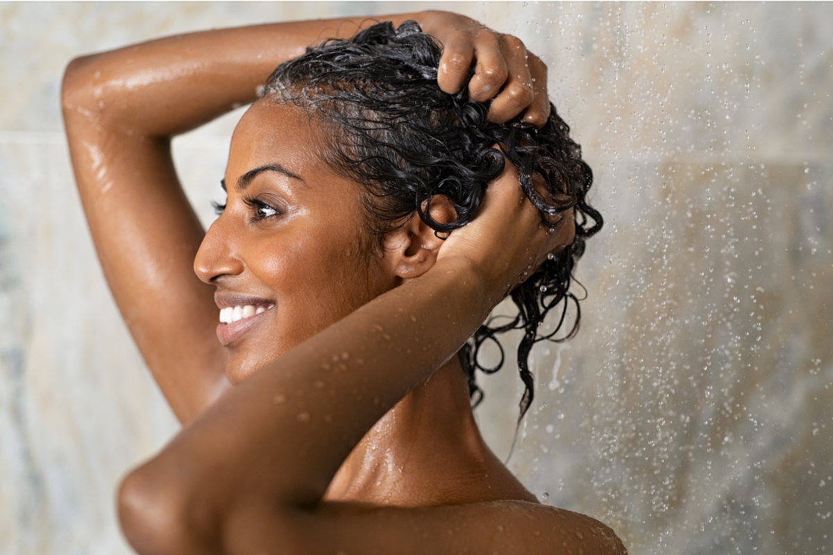 Técnicas de lavagem para cabelos cacheados